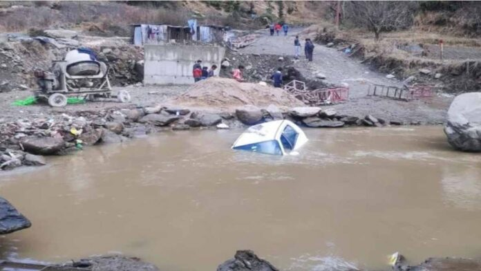 car drowned while crossing a ravine one dead